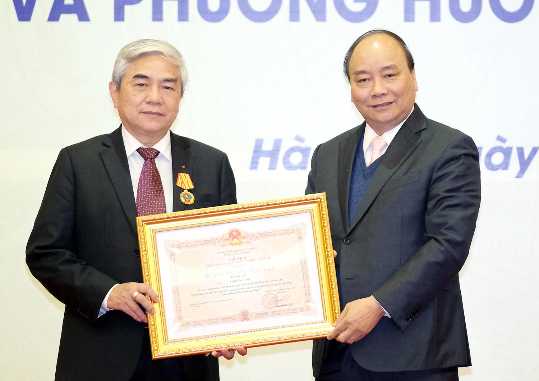 Thủ tướng trao Huân chương Độc lập hạng Ba cho nguyên Bộ trưởng KH&CN Nguyễn Quân. Ảnh: VGP/Quang Hiếu